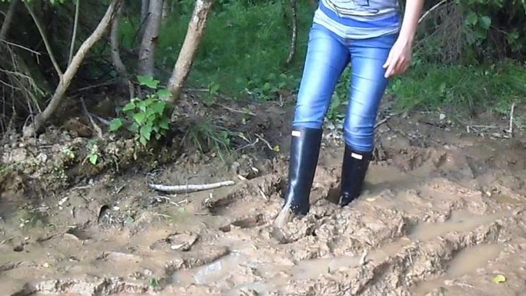 Девушки в сапогах в грязи